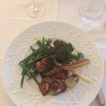 Cotelettes d'agneau sauce basilic avec pommes de terre et haricots verts