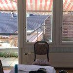 Blick vom Wohnzimmer auf den ungepflegten Balkon, Sonnenstoren teilweisezerfetzt
