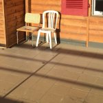 staubiger, ungepflegter Balkon mit zwei kaputten Stühlen