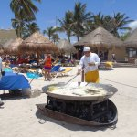 Todos los mediodías los cheff preparan exquisitos platos en la playa