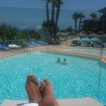 Détente terrasse du bar supérieur a la piscine