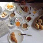 perfektes Frühstück mit frisch gepresstem Orangensaft