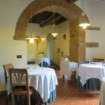 Salle à manger : 6 tables seulement parce que 6 chambres. Ambiance très intime.
