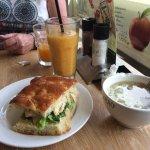 Heerlijke vruchten drank uiensoep en een broodje