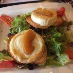 Salade avec fromage de chèvre frais sur toast
