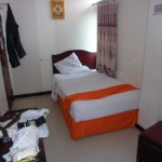 Kamar Standar (Single Bed). Engsel Pintu buat gantungan celana karena di kamar tidak ada gantung