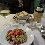 前菜のパン入りトマトサラダとプロ・セッコ、自家製赤ワイン