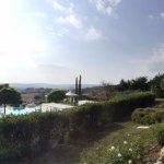 Vista dell'hotel, della piscina e di parte del ristorante
