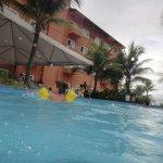 Foto do hotel a partir da piscina