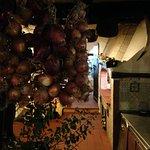 il grande camino maiolicato e le enormi cipolle di tropea