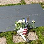 Så här ser den plats ut där fd presidenten JFK är begravd.