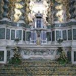 Marmor in gelb und blau und grau am Altar!
