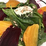 Beet salad with spinach and goat cheese