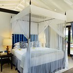 Hibiscus suite Bed