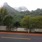 道路から眺めました。さほど高い山ではないようで周囲にはもっと高い山もあった