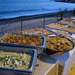 Le serate sono tutte diverse, il sabato è famoso per il suo buffet sulla Spiaggia,ottimo per chi