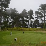 Играют в гольф, несмотря на погоду: было туманно и ветрено.