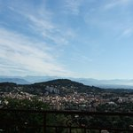 Uitzicht vanuit kamer richting Alpes Martitime, rechts de baai van Nice
