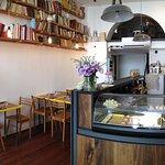 Une salle chaleureuse et une vitrine remplie de bons gâteaux