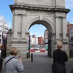 Despite the long animosity between Ireland and Great Britain, this arch still stands.