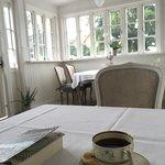 Eftermiddagskaffe i tunna porslinskoppar, ett fantastiskt mysig hotell med världens finaste värd