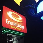 The Econo Lodge in Tulsa at night