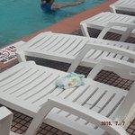 sillones rotos y pañales tirados en las mismas