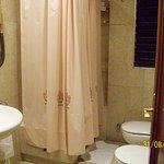 Amplio baño y completo en sus accesorios.