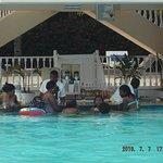 menores en piscina de adultos