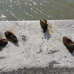Schuhe am Donauufer Foto