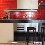 Cozinha e bancada do flat