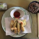 Tempura, gambas, poissons et légumes en beignet