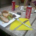 Salade gourmande: foie gras, pain toasté, dès de pomme ou en julienne,confits d'oignon , salade