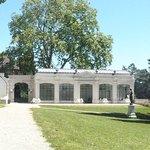 L'Orangerie de Madame Lambert à droite et  mur de la palmeraie à gauche