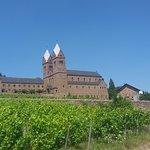 Benediktinerabtei St. Hildegard vom Rheinsteig aus gesehen