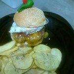 Hambúrguer portas do sol, nome muito sugestivo, e de sabor ótimo, tal como o sítio e o atendimen