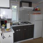 Espace cuisine, avec un grand frigo : rare dans un mobil-home !