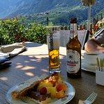 Ausblick von der Terrasse mit Auswahl von kleinen Speisen vom Marendbuffet