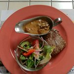 Steak met champignonsaus en aardappel in de schil