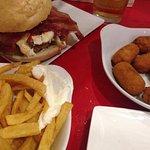 Hamburguesa Alvarita + bacon, croquetas y patatas fritas.