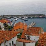 Vista desde la habitación que tuvimos: el puerto y el mar