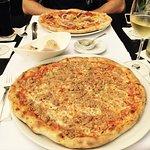 Thunfisch Pizza und Diavolo Pizza / Vorspeisenbrot mit hausgemachter Olivencreme