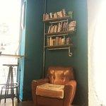 Esquina donde compartir lectura con café y buen ambiente, acompañado de buena música y mejor amb