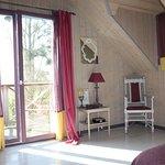 """la chambre """"Baroque"""" et son balcon avec vue sur le jardin"""
