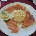 Salmone affumicato e uovo strapazzato