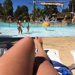 Air de jeux pour enfants bîen sympathique et piscine superbe