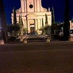 Aardige kerk een straat van het hotel
