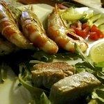 Grigliata di Pesce: particolare e deliziosa l'unione tra i gamberoni e una salsetta di fragole