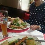 Schweinebraten und Semmelknödel [Würfel ;-)] mit Krautsalat sowie leckerer Salat