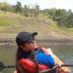 Remando en la represa en los kayak que tiene el hotel